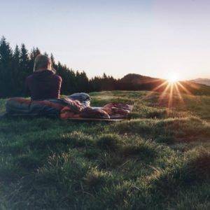 Aufwachen nach Biwak bei Sonnenaufgang im Schlafsack