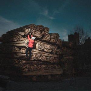 Eisklettern am Holzstapel