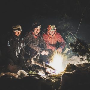 Essen am Feuer beim Biwak